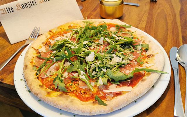 Pizza frisch aus dem Ofen mit außergewöhnlichen Kreationen. Ihr Dinner im einzigartigen Ambiente